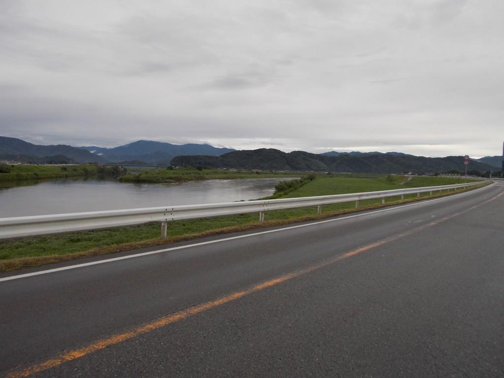 台風11号が通過した豊岡市九日市-穏やかに流れる円山川(18日6:00)