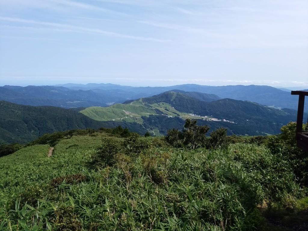 氷ノ山山頂からハチ高原を望む