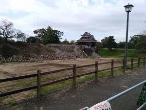 熊本城の石崖の修復が始まったばかり